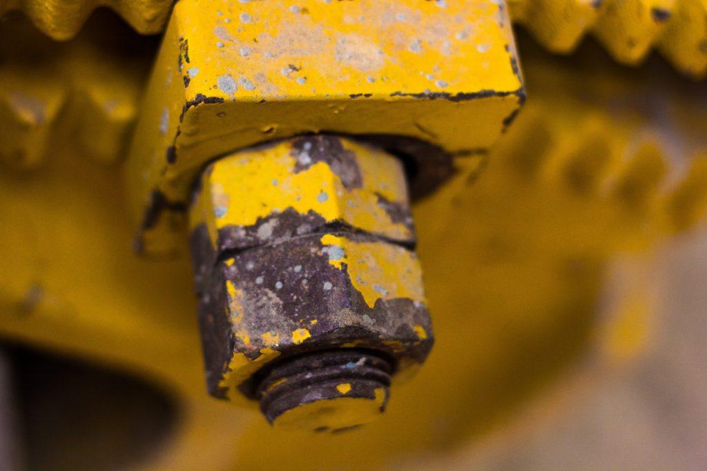 Boulon renforcé avec peinture jaune écaillée