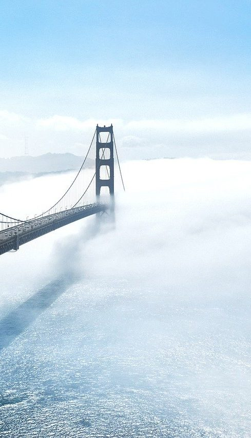 Golden Bridge dans le nuages blancs