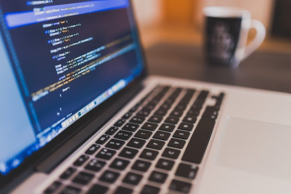 Ecran d'ordinateur avec du code informatique